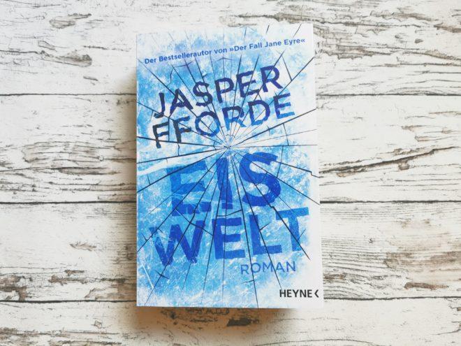 Auf dem Bild ist das Cover von dem Buch Eiswelt von Jasper Fforde zu sehen.