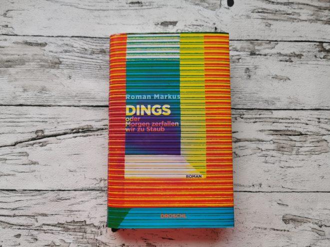 Auf dem Bild ist das Buchcover des Buches Dings oder Morgen zerfallen wir zu Staub von Roman Markus zu sehen.