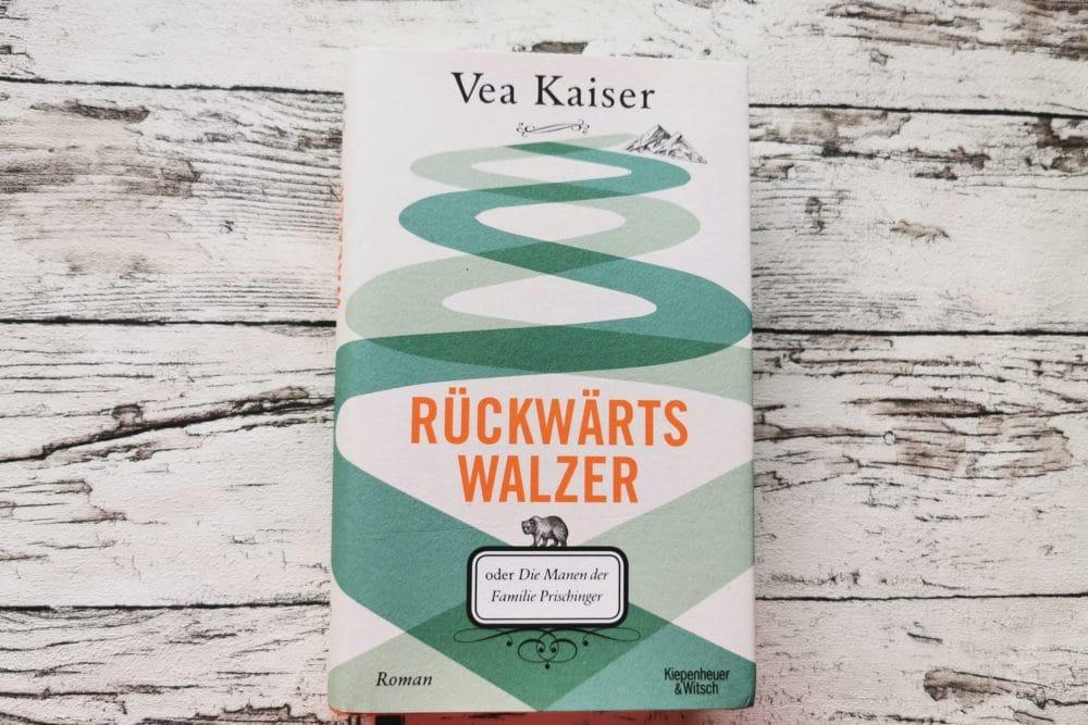 """Das Buchcover von """"Rückwärtswalzer"""" von Vea Kaiser ist auf dem Bild zu sehen."""