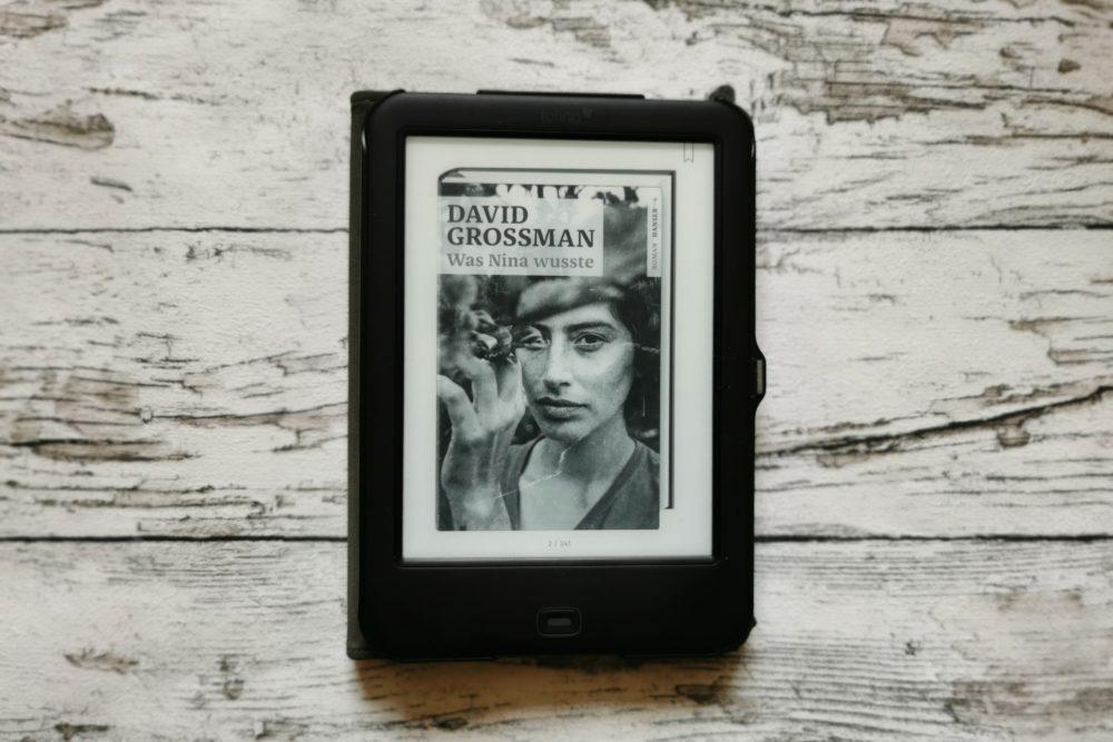 Auf dem Bild ist das Buchcover des eBooks Was Nina wusste von David Grossman zu sehen. Es ist das Titelbild der Buchrezension, die im Beitrag beschrieben ist.