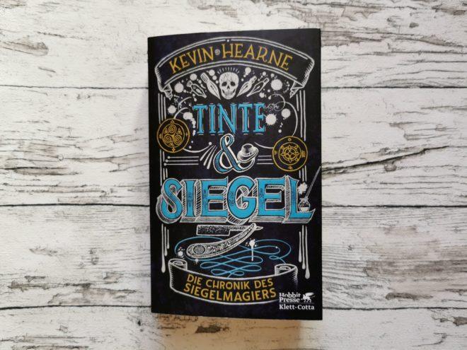 Buchcover Tinte & Siegel Die Chronik des Siegelmagiers 1 von Kevin Hearne
